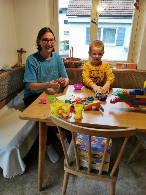 Andrea Kliegl beim Spielen mit einem der Kinder, die sie betreut.Tagesmütter Vbg.