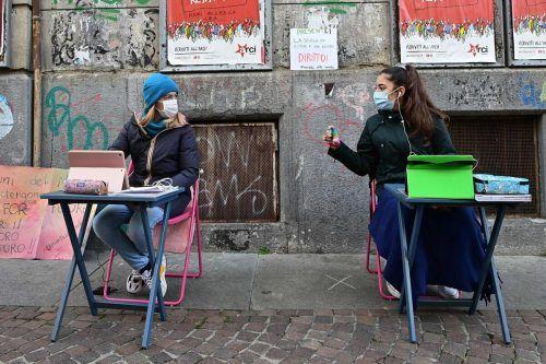 Anita Iacovelli (l.) und Lisa Rogliatti protestierten inTurin gegen das Vorhaben der Regierung, die Schulen bis 7. Jänner zu schließen.AFP
