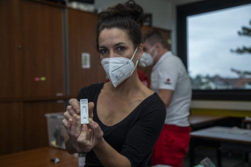 Anita Nagel mit einem Antigen-Test bei einem Einsatz in Lustenau. VN/Paulitsch