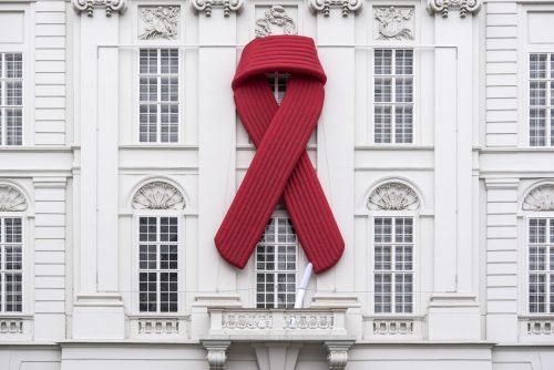 Anlässlich des Welt-Aids-Tages trägt das Parlament im Ausweichquartier in der Hofburg wieder die rote Schleife, das Red Ribbon. apa