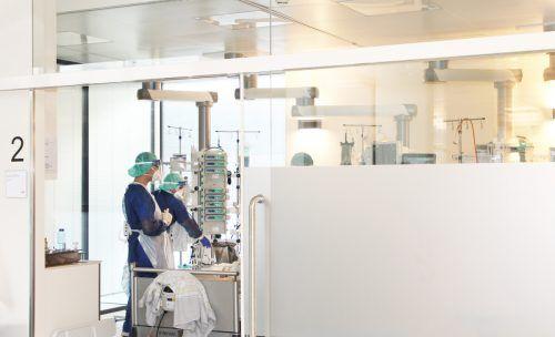 Die Mitarbeiterinnen und Mitarbeiter auf den Intensivstationen sind nach wie vor gefordert, auch wenn der Druck nachgelassen hat.khbg