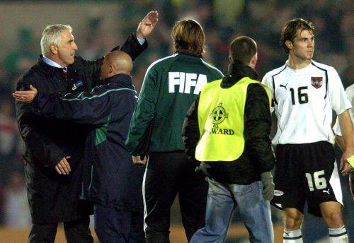 Aufgebracht: Hans Krankl (l.), Markus Kiesenebner und Emanuel Pogatetz (r.) mit Referee Mark Shield.gepa