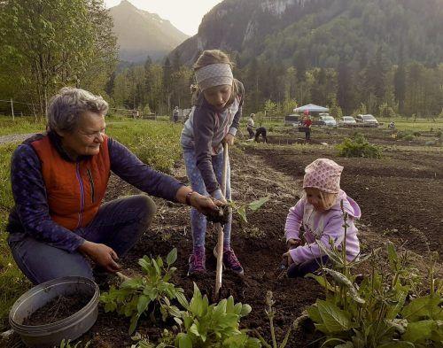 """""""Gartenfreunde Reuthe Bezau"""" - Obfrau Isabella Moosbrugger ist mit den Kindergärtlern, den Volks- und Mittelschulkindern mit viel Spaß am Gärtnern."""