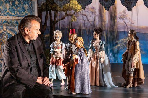Bassa Selim (Hubert Dragaschnig) mit der bezaubernden Marionettenschar. Christian Flemming