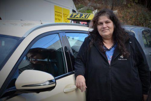 Beatrix Fechter hofft inständig, dass sie ihren Taxibetrieb nun doch nicht aufgeben muss. HRJ