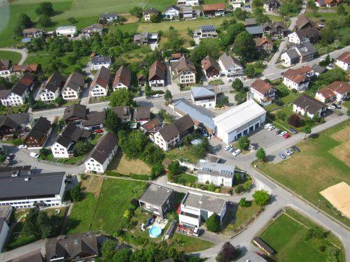 Bei dem Pilotprojekt sind rund 20 Haushalte, eine Biogasanlage, eine großen Photovoltaikanlage und rund 15 private PV-Anlagen bei der Stromproduktion und -abnahme beteiligt. Gemeinde Schnifis