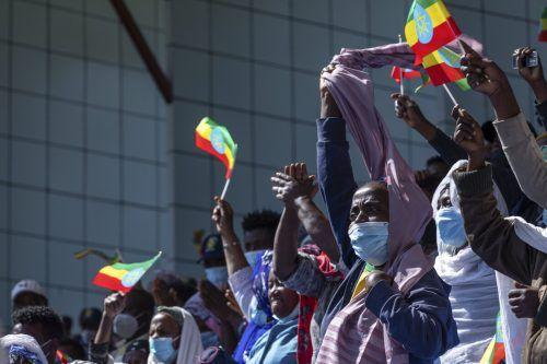 Bei einem Event zu Ehren des Militärs schwenken zahlreiche Menschen in Addis Abeba äthiopische Nationalflaggen. AP