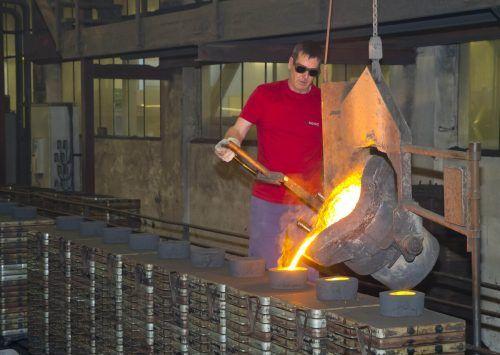 Bei König in Rankweil werden die Motorkomponenten komplett hergestellt - von der Gießerei (Bild) bis zum präzisen Feintunig der Teile.VN/Paulitsch