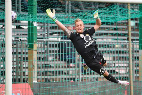 Beim Freistoß von Franco Joppi war Austria-Lustenau-Goalie Domenik Schierl chancenlos. Dafür bekam der Goldtorschütze eine Umarmung von Trainer Markus Mader (oben). Das Derby bot zudem viele Emotionen (u.). gepa
