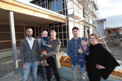 Bert Wälfler und Karin Konzett mit Emil sowie Tobias Kainer und Angelika Hirschauer mit Silas können bald einziehen. Meusburger
