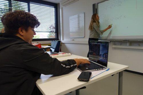 """Bewährt hat sich das Konzept des """"Flipped Classroom"""": Die Schüler bekommen ein Video inkl. einfachem Arbeitsblatt, mit denen sie in ihrem eigenen Tempo den Unterrichtsstoff erarbeiten und anschauen können.lcf (2)"""