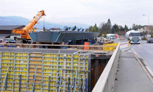 Bis zu 90 Tonnen wiegen die Bestandteile des Stahltragewerks der neuen Brücke.ajk
