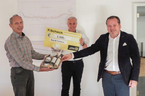 Bürgermeister Harald Witwer (r.) überreichte OK-Chef Reinhold Schneider (l.) einen Geschenkskorb als Anerkennung für die geleistetete Arbeit. KPV-Obmann Klaus Bitsche (Mitte) konnte sich über einen 1500-Euro-Scheck freuen.Gemeinde, tmh