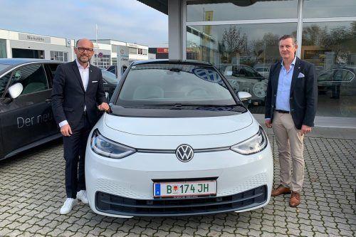 Bürgermeister Michael Ritsch und Strolz-GF Jörg Peham mit dem neuen Elektroauto.