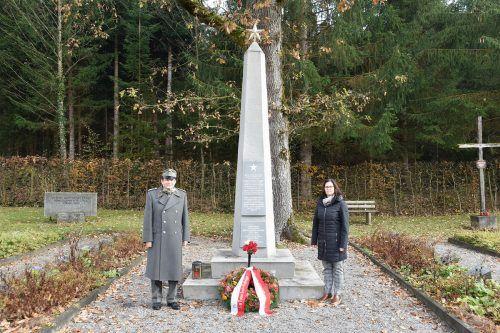 Bürgermeisterin Katharina Wöß-Krall und Oberst Erwin Fitz (Landesgeschäftsführer Österreichisches Schwarzes Kreuz) auf dem Soldatenfriedhof.Marktgemeinde