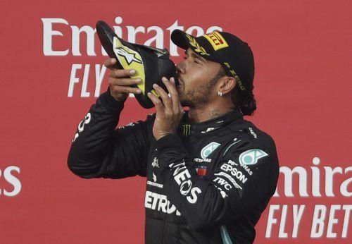 Champagner aus dem Schuh: Lewis Hamilton schlürfte zusammen mit Daniel Riccardo das Siegergetränk aus der Fußbekleidung. Reuters