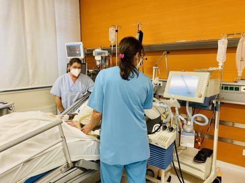 Covidpatienten benötigen von Ärzten sowie Pflegepersonal höchste Aufmerksamkeit und viel Betreuung.khbg