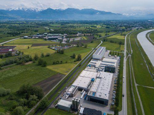 Das Alpla-Werk in Fußach kann nach Genehmigung und dem Kauf der Grundstücke nun ausgebaut werden.VN/Steurer