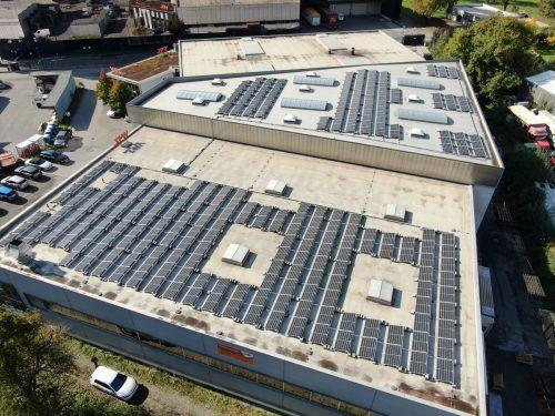 Das Dach ist durch das Photovoltaik-Contracting zu einem großen Stromproduzenten geworden. Handout, VMZ