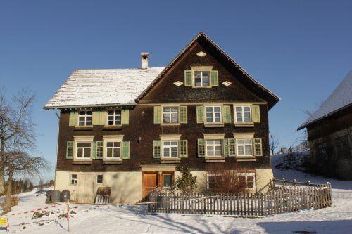 Das Haus mit der Adresse Dorf 77 in Bildstein wird heute Mesmerhaus genannt, da einer der Besitzer, Schreiner Franz Josef Böhler (1873–1961), in der barocken Wallfahrtskirche mehr als 60 Jahre lang den Mesmerdienst verrichtete. Albrecht Imanuel Schnabel