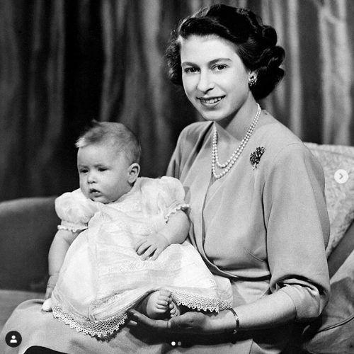 Das Königshaus twitterte ein Foto des Jubilars als Baby. Königshaus