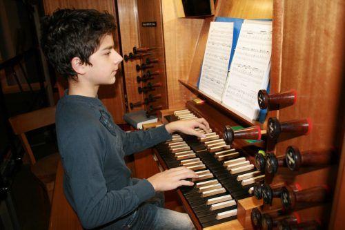 Das Orgelspielen gehört zu den großen Leidenschaften des erst 13-jährigen Leopold Ender.Mäser