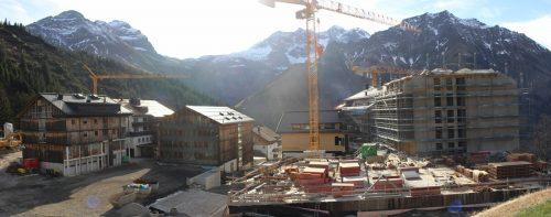 """Die Baustelle beim Hotelprojekt """"The Heimat"""" in Schröcken-Neßlegg wird derzeit winterfest gemacht."""