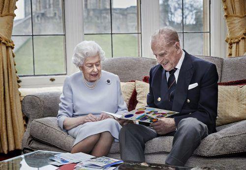 Königin Elizabeth II. und Prinz Philipp schauen am 20. November auf eine gebastelte Glückwunschkarte von Prinz George anlässlich ihres Hochzeitstages. AP