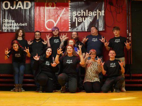 """Das Team der Offenen Jugendarbeit sagt in Gebärdensprache """"I love you"""".erh"""