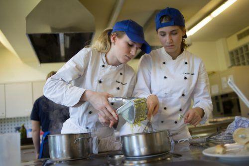 Menüplanung, Kochen und Servieren sind wesentliche Bestandteile einer Matura an HLW und Tourismusschulen. Den SchülerInnen fehlt heuer die Praxis.VN/Hartinger