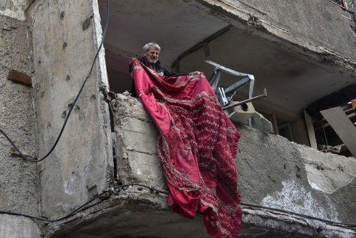 Der Konflikt um Bergkarabach nimmt kein Ende. Dieser Mann räumt in der Stadt Stepanakert Trümmer aus seiner zerstörten Wohnung. AFP