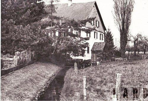 """Der Mühlebach (oder """"Rotachbächle"""") trieb einst das Wasserrad von Jokeles Getreidemühle an. Das einstige Mühlradhaus ist am Mühlengebäude angebaut. Archiv MGH"""