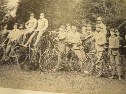 Der Radfahrerverein wurde 1886 gegründet. Die Aufnahme entstand um 1890.Stadtarchiv