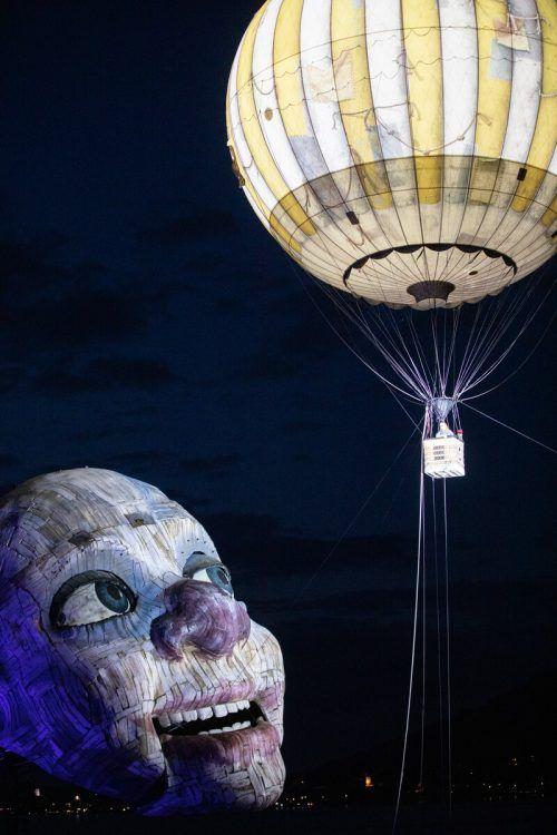 """Der sehnsuchtsvolle Blick des """"Rigoletto""""-Clowns auf der Seebühne wirkt wie ein Symbol für die Bregenzer Festspielsaison 2021. sams"""
