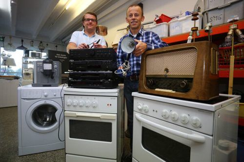 Der Stellenleiter von carla Logistik, Thomas Nikolatti, und Fachmann Fritz Fuchsberger schenken ungenutzten Geräten ein neues Leben.Caritas