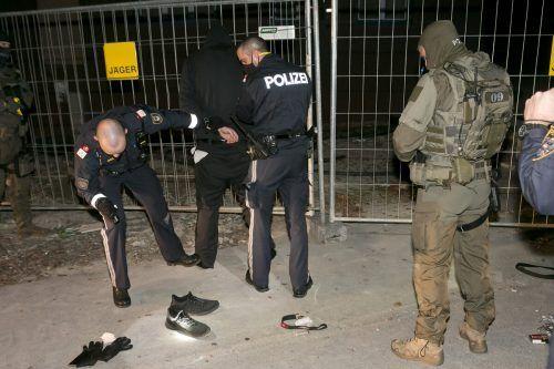 Der Täter bei der Festnahme. Der 29-jährige Mittelberger konnte noch kein konkretes Motiv für seine Attacke angeben. D. Mathis