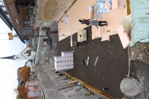 Der Vorplatz des Treffpunkts ist eine große Baugrube. Hier entstehen eine Erweiterung der Tiefgarage und Infrastruktur und Lager für die Feuerwehr. STP/3