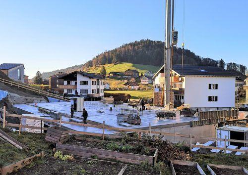 Derzeit wird der Kellerbereich betoniert und in Kürze mit dem Aufbau der Holzkonstruktion begonnen. ME/2