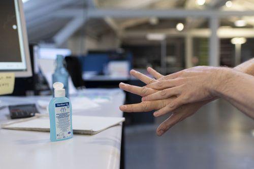 Desinfektionsmittel sind omnipräsent und damit auch für Kinder leicht zugänglich.
