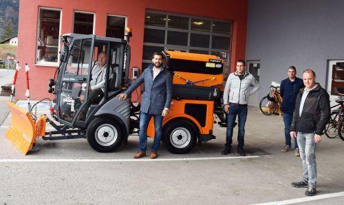 Die Bludenzer um Stadtgärtner Lorenz Bischof (l.) durf-ten sich kürzlich über ein neues Fahrzeug freuen.Stadt