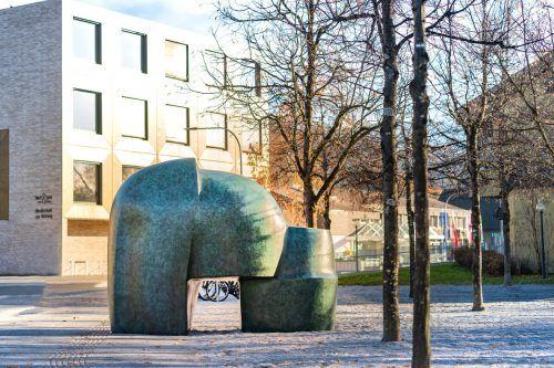 """Die Bronzeplastik """"Doppelkopf"""" im Ausmaß von 3,46 x 1,64 x 2,70 Metern steht bei der Begegnungszone zwischen Cubus und Musikschule. D. Stiplovsek"""
