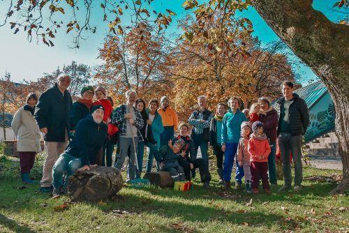 Die bunte Truppe an Menschen von Essbare Stadt Dornbirn bei der Laubaktion im Kulturhauspark.blan (3)