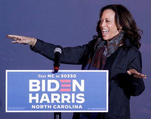 Die demokratische Vizepräsidentschaftskandidatin Kamala Harris spricht bei einem Auftritt in North Carolina zu Anhängern. reuters
