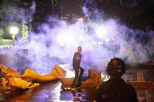 Die Demonstranten sollen versucht haben, Barrikaden zu überwinden. AFP