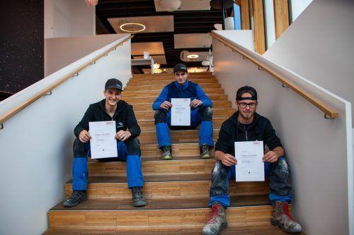 Die drei Neo-Elektrotechniker können stolz ihre Lehrabschlussprüfungszeugnisse präsentieren.Dorfelektriker