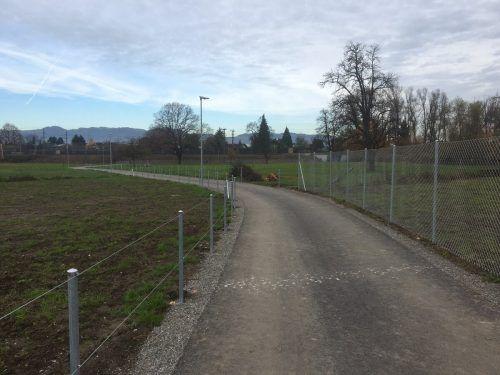 Die Eigentümer des auf Privatgrund befindlichen Wegs bestanden auf eine Umzäunung, heißt es von der Stadt.VN/pes