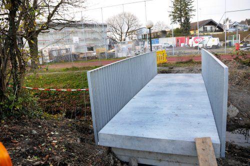 Die etwas breitere neue Mühlebach-Brücke ist beinahe fertiggestellt. ajk