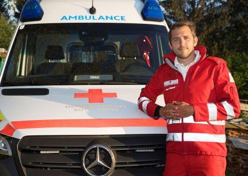 Die Infektionsgefahr erschwert auch den Rettern vom Roten Kreuz die Arbeit.mima