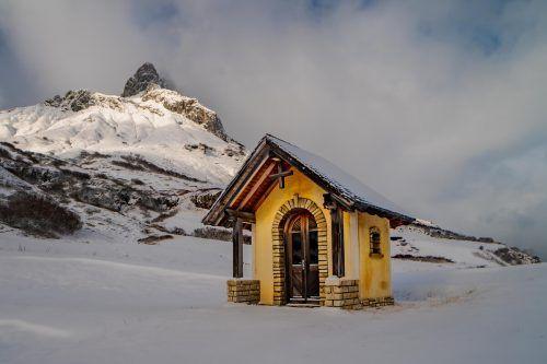Die Kapelle am Flexenpass entfaltete am Freitag bereits ihren winterlichen Charme. So richtig schlägt der Winter aber noch nicht zu. VN/Stiplovsek