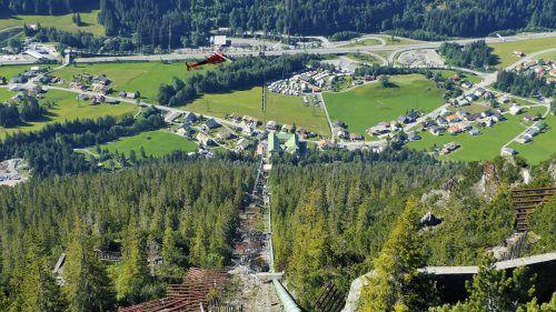 Die Kraftwerks- und Leitungsbauer sind derzeit im bis zu 40 Grad steilen Gelände zu Gange.ÖBB